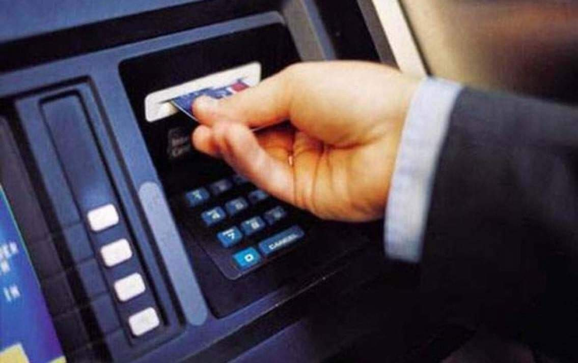 Đưa thẻ tín dụng vào máy ATM HSBC