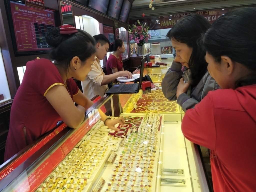 Bạn mua vàng để trú ẩn tài chính hay sinh lời?