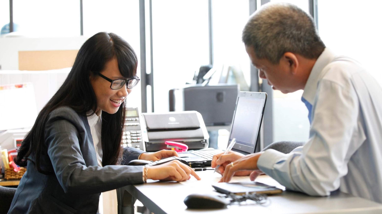 Nên khéo léo khi giao tiếp với khách hàng