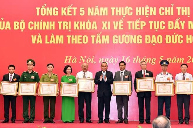 Bí thư Đảng bộ Hà Hữu Tùng nhận bằng khen của Thủ tướng Chính phủ