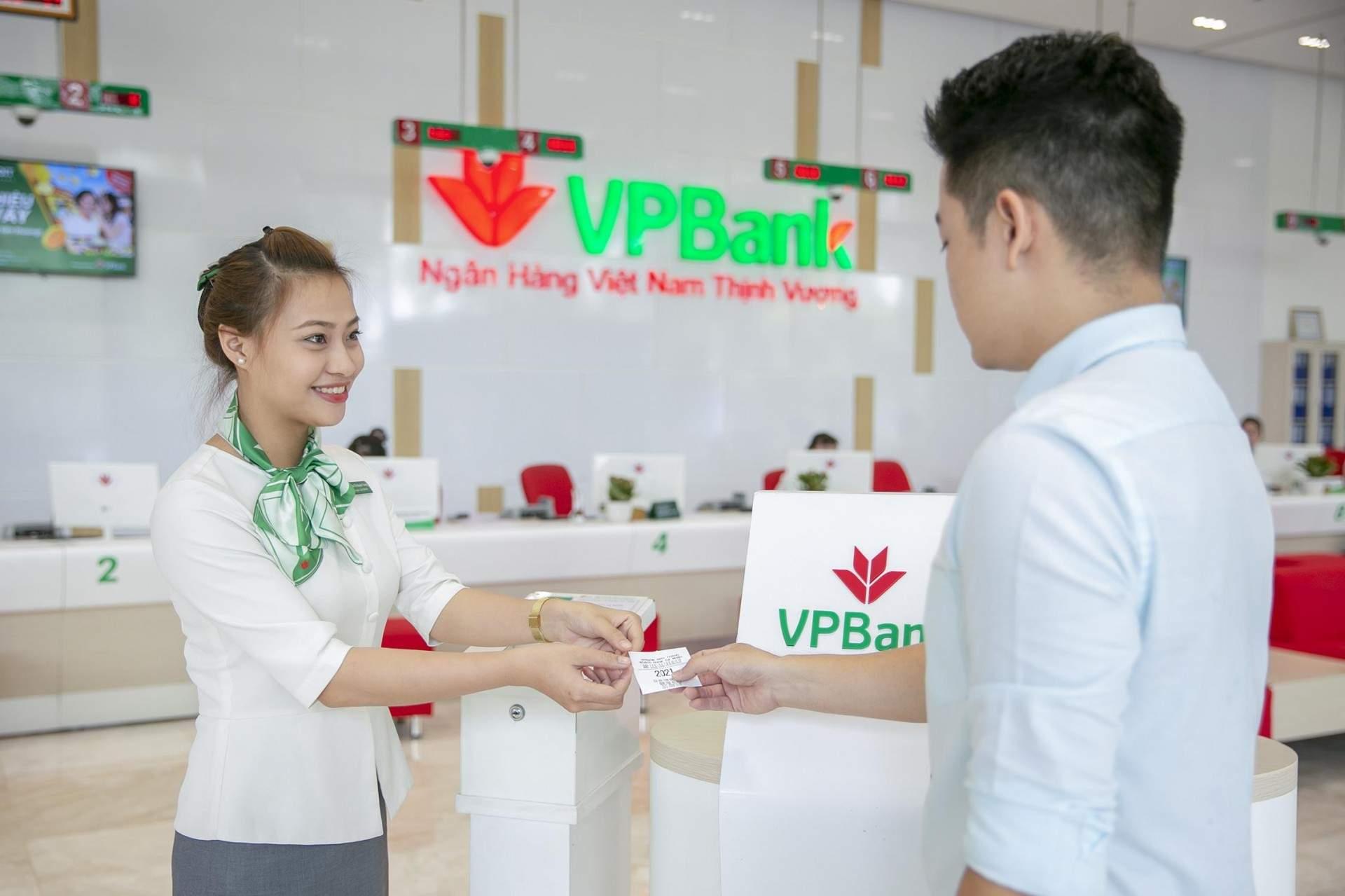 Khách hàng có thể đến ngân hàng VPBank để mua bảo hiểm