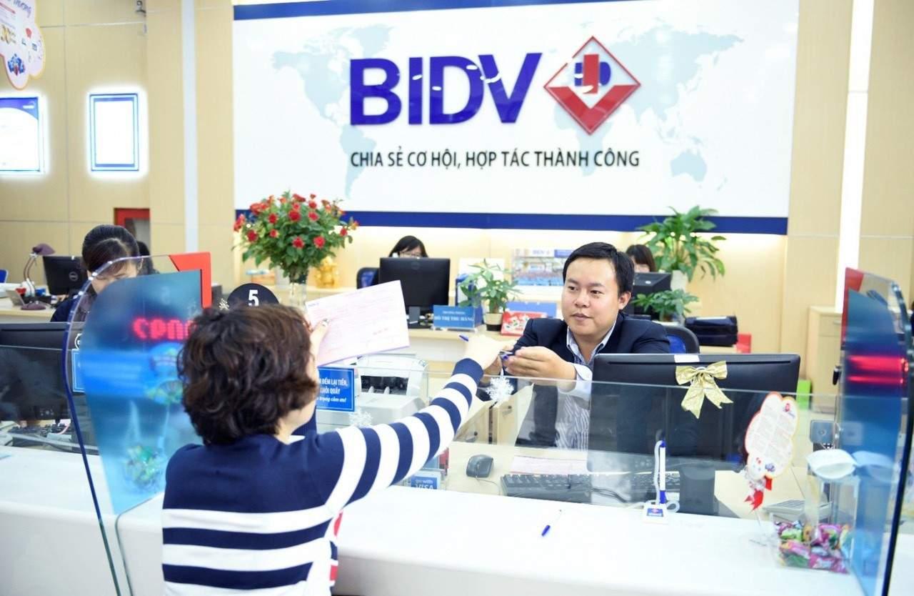 Đến ngân hàng BIDV để đóng phí bảo hiểm Generali
