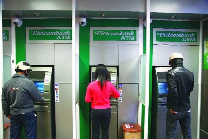 Khách hàng rút tiền tại cây ATM Vietcombank