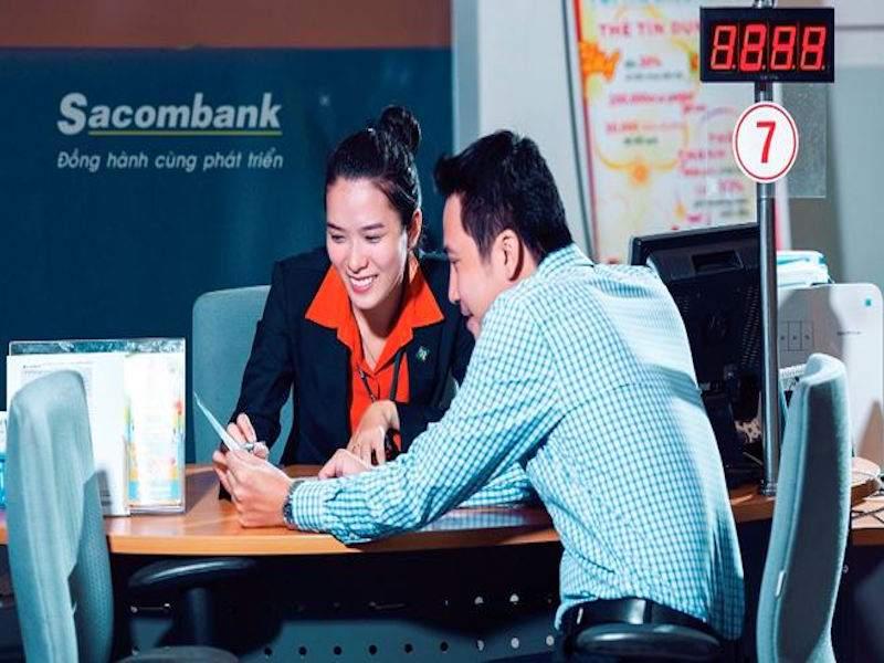 Khách hàng làm thủ tục vay vốn kinh doanh tại ngân hàng