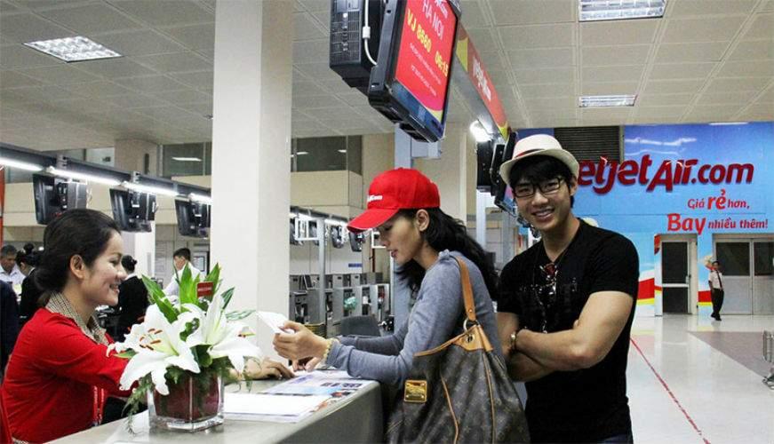 Khách hàng đăng kí bảo hiểm du lịch Vietjet
