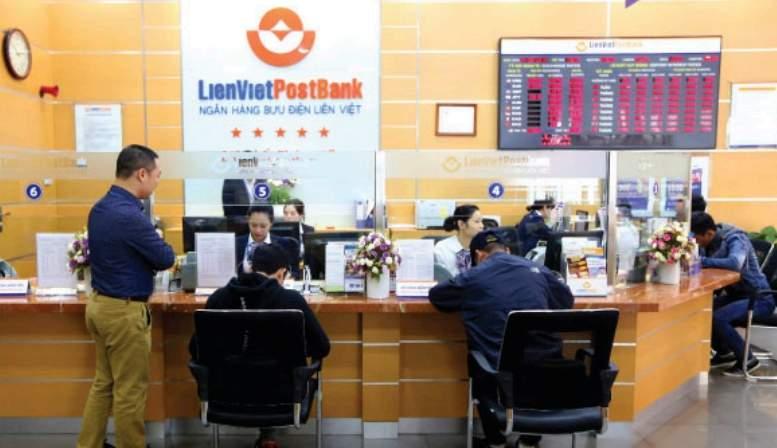 Đến phòng giao dịch ngân hàng Liên Việt để nhận thẻ ATM