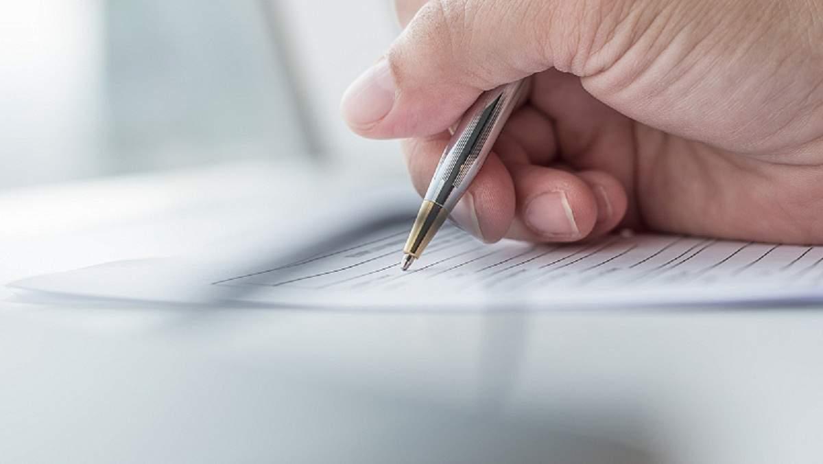 Người tham gia bảo hiểm ký hợp đồng bảo hiểm với số tiền đã đăng ký từ trước