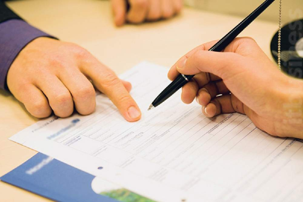 Nhân viên bảo hiểm hướng dẫn khách hàng áp dụng số tiền bảo hiểm giảm