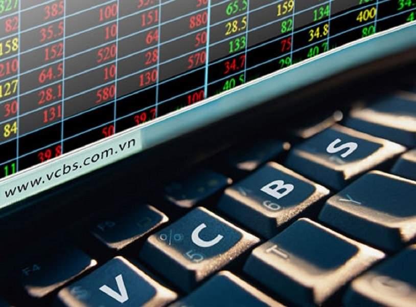 """Ngân hàng Thương mại cổ phần Ngoại thương Việt Nam (Vietcombank) là một trong những ngân hàng luôn được người dùng tin tưởng bởi những dịch vụ chất lượng và uy tín. Bên cạnh các sản phẩm, dịch vụ về ngân hàng Vietcombank còn có các dịch vụ chuyên về chứng khoán (Vietcombank Securities). Chứng khoán Vietcombank  cung cấp cho khách hàng nhiều dịch vụ về lĩnh vực này, bao gồm: môi giới, tư vấn giao dịch chứng khoán, quản lý chứng khoán, quản lý tiền của nhà đầu tư, phân phối chứng chỉ quỹ. Hình 1: Vietcombank Securities là cái tên quen thuộc với các nhà đầu tư chứng khoán Môi giới Đến với dịch vụ môi giới của chứng khoán Vietcombank, khách hàng sẽ được tư vấn và hỗ trợ sử dụng các dịch vụ trọn gói về tài khoản giao dịch tại Vietcombank. Cụ thể, khách hàng sẽ được môi giới trên các lĩnh vực: Hỗ trợ tài khoản giao dịch Cổ phiếu và chứng chỉ qua Trái phiếu Giao dịch đối ứng trực tuyến Chứng khoán Vietcombank là đơn vị đầu tiên cung cấp dịch vụ đặt lệnh mua bán chứng khoán qua Internet với tiện ích VCBS Cyber Investor. Với những nền tảng về công nghệ và nhân sự, trong nhiều năm liên tục, VCBS là một trong những đơn vị có thị phần môi giới lớn nhất, với mạng lưới khách hàng rộng lớn bao gồm các định chế tài chính nước ngoài và các ngân hàng, tổng công ty trong nước. Tư vấn giao dịch chứng khoán Với phương châm hoạt động """"Khách hàng là trọng tâm"""", chứng khoán Vietcombank không ngừng cải tiến nâng cao chất lượng dịch vụ tư vấn đầu tư với mong muốn được trở thành người bạn đồng hành tin cậy trong mỗi quyết định đầu tư của khách hàng.  Hình 2: Chứng khoán Vietcombank cung cấp tới doanh nghiệp những thông tin đa dạng bao gồm các bản phân tích thị trường định kì. Chứng khoán Vietcombank cung cấp tới doanh nghiệp những thông tin đa dạng bao gồm các bản phân tích thị trường định kì, báo cáo chuyên sâu về ngành, công ty, ý kiến tư vấn về chiến lược và kỹ thuật giao dịch. Không những vậy, dịch vụ tư vấn giao dịch chứng khoán còn đem đến nhiều lợi ích cho khách hàng: Tư vấn phương án """