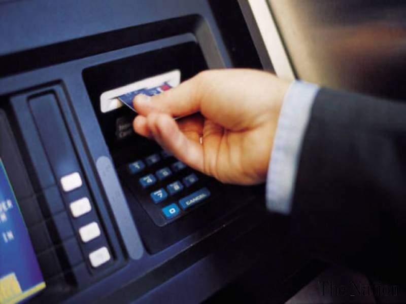 Hình 2. Thẻ ngân hàng thanh toán được dùng rộng rãi tại các trụ rút tiền