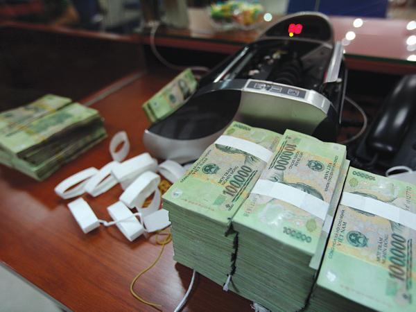 Dòng tiền vẫn đổ mạnh vào ngân hàng dù lãi suất gửi tiết kiệm giảm
