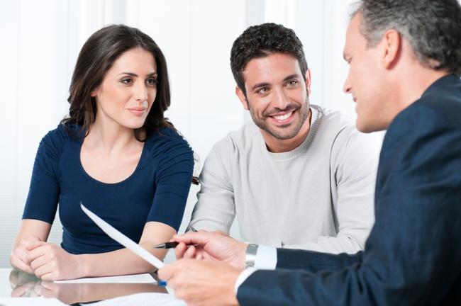 nhân viên tư vấn bảo hiểm truyền đạt sản phẩm của công ty đến với khách hàng